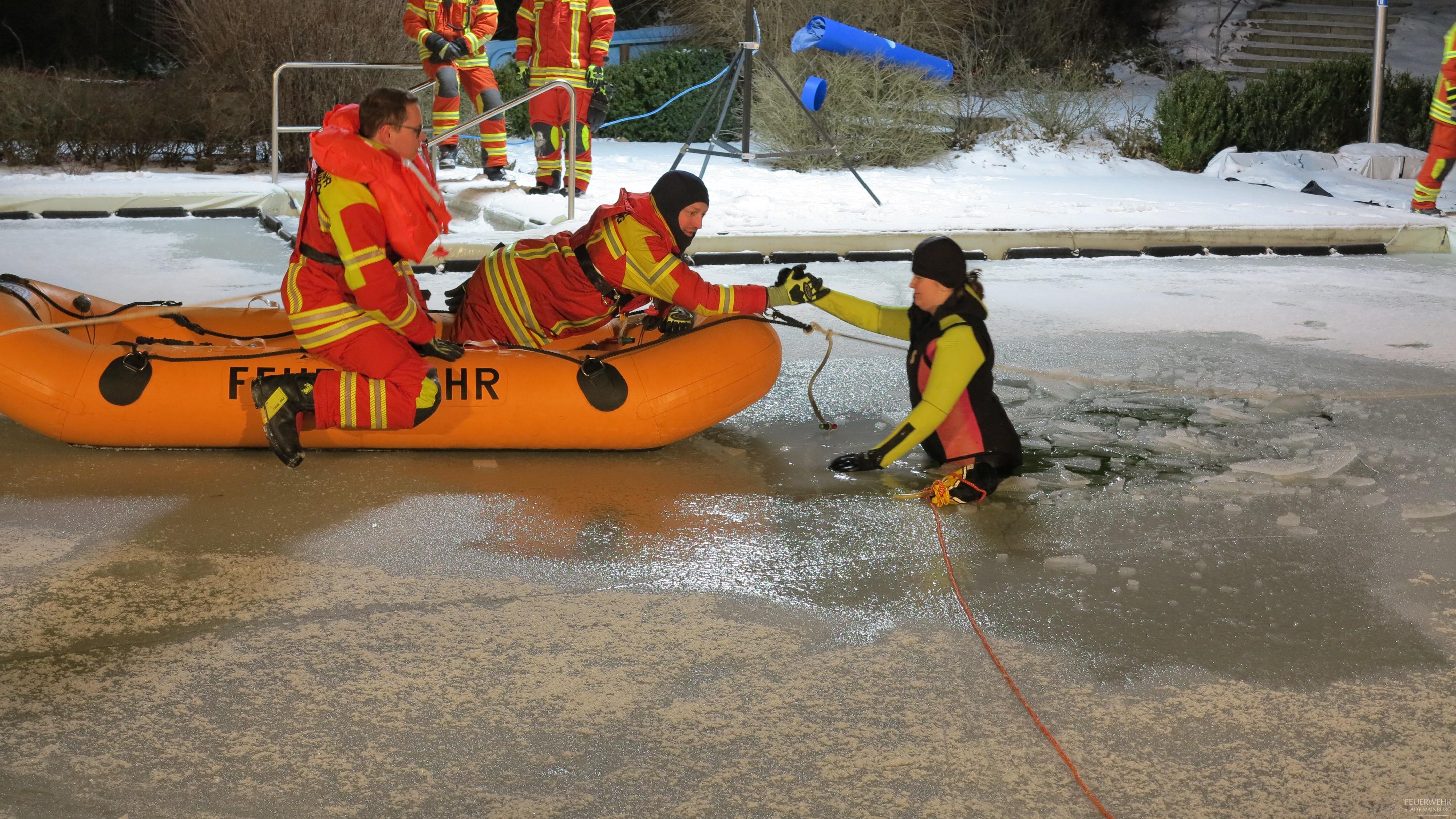 Rettung durch das Schlauchboot.