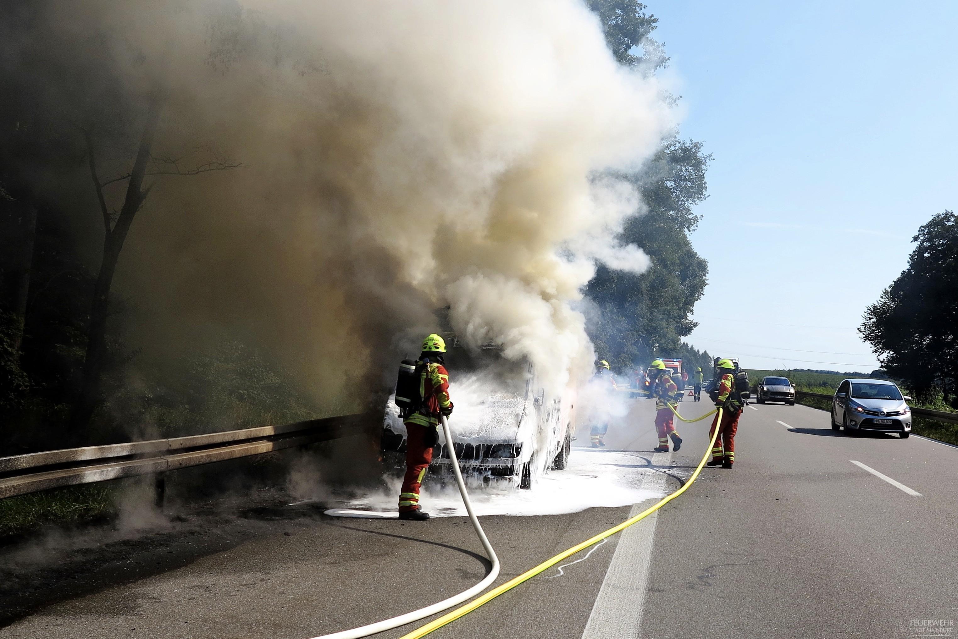 Löscharbeiten eines PKW Brands auf der A93.